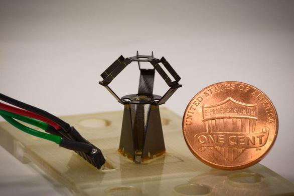Robot nhỏ bằng đồng xu có thể thực hiện các cuộc vi phẫu thuật - Ảnh 1.