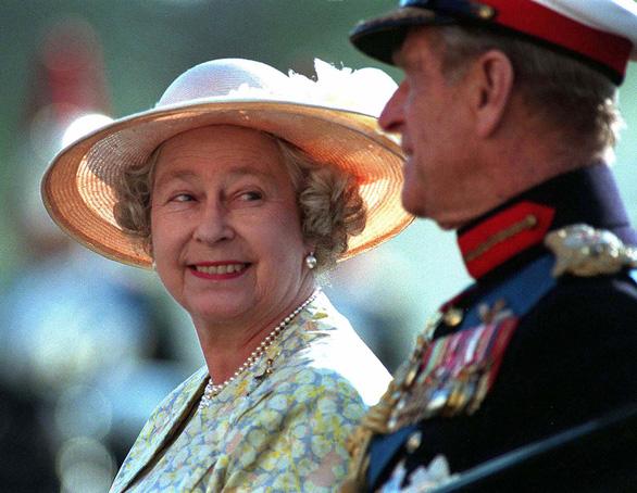 Tình yêu khăng khít suốt 7 thập kỷ của vợ chồng Nữ hoàng Anh - Ảnh 4.
