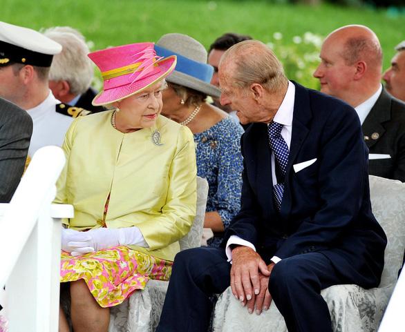 Tình yêu khăng khít suốt 7 thập kỷ của vợ chồng Nữ hoàng Anh - Ảnh 8.