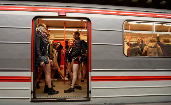 Nam thanh nữ tú diện quần lót đi tàu điện cho vui - Ảnh 12.
