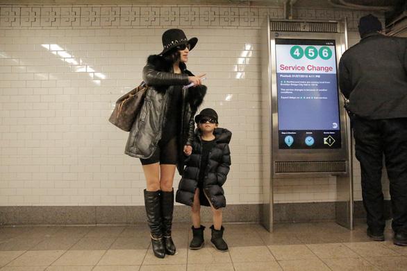 Nam thanh nữ tú diện quần lót đi tàu điện cho vui - Ảnh 16.