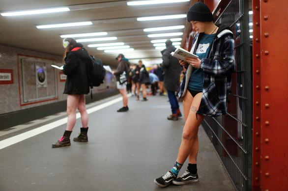 Nam thanh nữ tú diện quần lót đi tàu điện cho vui - Ảnh 18.