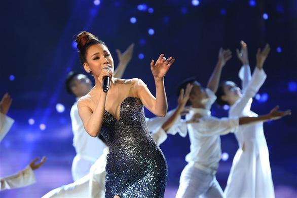 Mỹ Tâm e ấp áo dài Hà Nội, Thu Minh bốc lửa với Chuông gió - Ảnh 4.