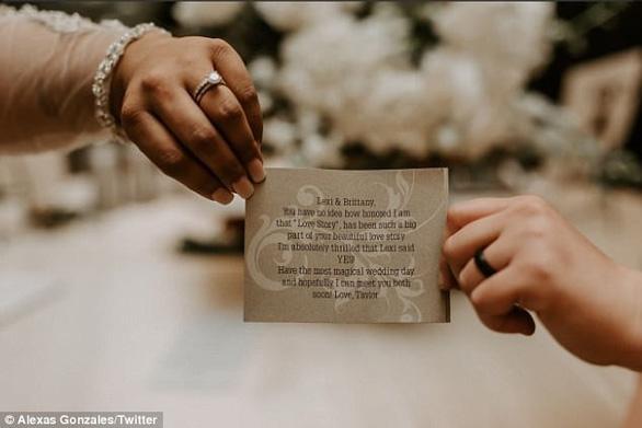 Taylor Swift gửi hoa chúc mừng fan nữ kết hôn đồng giới - Ảnh 4.
