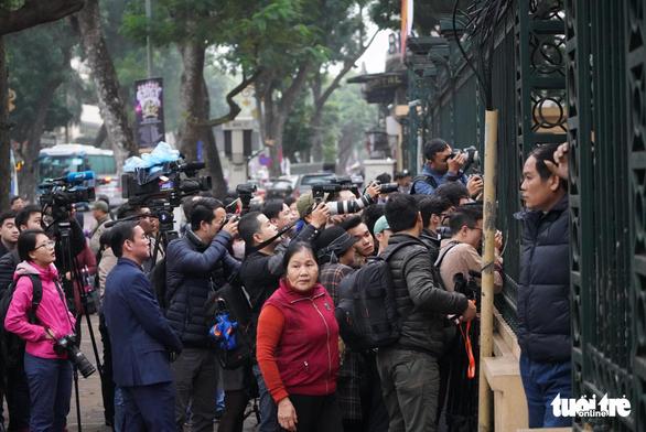 Nhiều người nước ngoài đến dự phiên xử ông Đinh La Thăng - Ảnh 6.