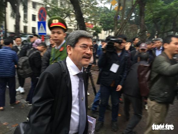Nhiều người nước ngoài đến dự phiên xử ông Đinh La Thăng - Ảnh 12.