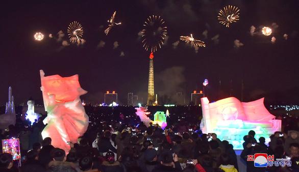 Dân Triều Tiên không ăn tết Dương lịch mà ăn mừng năm Juche 107 - Ảnh 1.