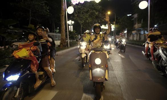 Trọng Hiếu đi bão cùng người dân Sài Gòn trong MV mới - Ảnh 3.