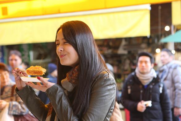 Đi chợ cá Tsukiji ăn 7 món ngon đường phố - Ảnh 2.