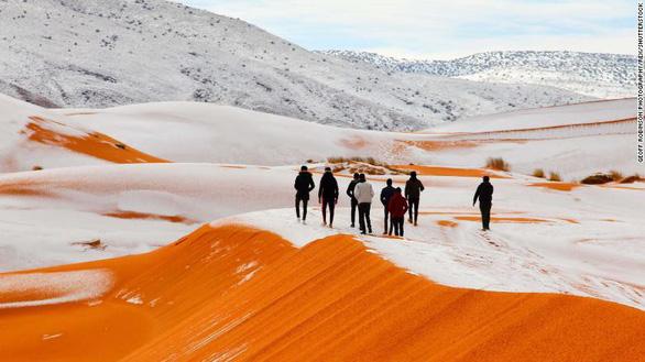Video tuyết phủ đầy sa mạc nóng nhất thế giới - Ảnh 2.