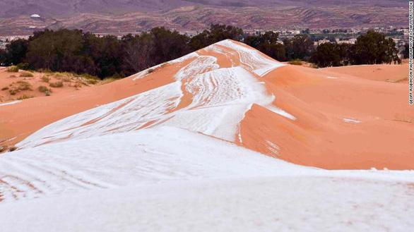 Video tuyết phủ đầy sa mạc nóng nhất thế giới - Ảnh 4.