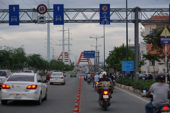 Lắp dải phân cách ở cầu Bình Lợi ngăn xe máy chạy vào làn ô tô - Ảnh 1.