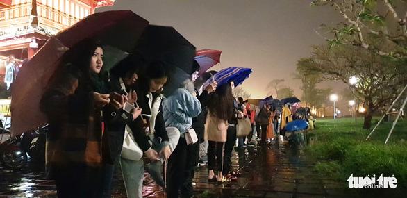 Huế bắn đại bác mừng năm mới, người dân đội mưa xem - Ảnh 3.