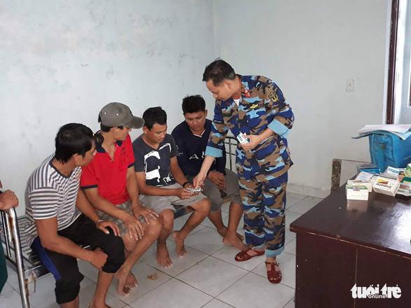 Đảo Song Tử Tây: khám, chữa bệnh cho ngư dân trong mùa mưa bão - Ảnh 4.