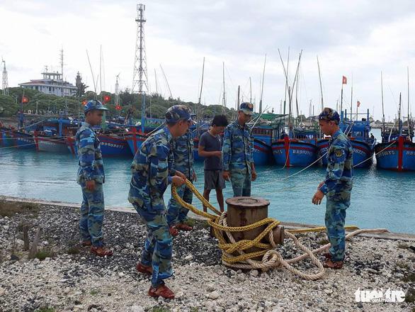 Đảo Song Tử Tây: khám, chữa bệnh cho ngư dân trong mùa mưa bão - Ảnh 5.