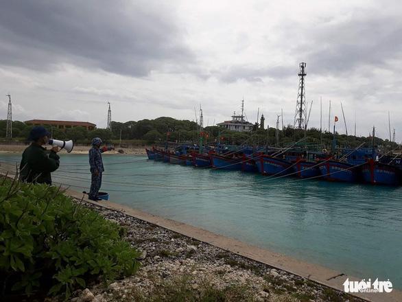 Đảo Song Tử Tây: khám, chữa bệnh cho ngư dân trong mùa mưa bão - Ảnh 3.