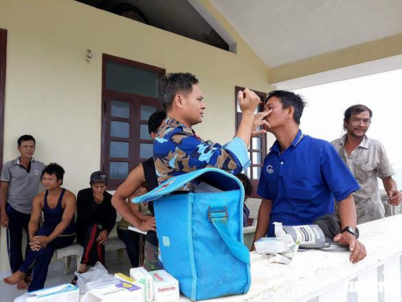 Đảo Song Tử Tây: khám, chữa bệnh cho ngư dân trong mùa mưa bão - Ảnh 1.