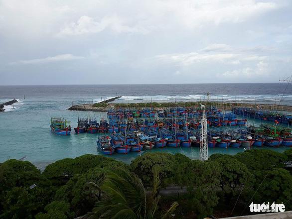 Đảo Song Tử Tây: khám, chữa bệnh cho ngư dân trong mùa mưa bão - Ảnh 2.