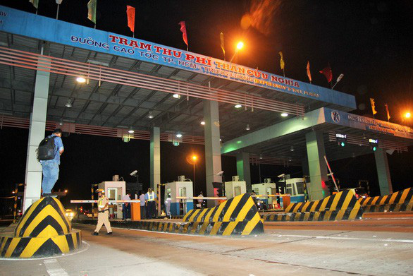 Bắt 5 người có hành vi trốn thuế tại trạm thu phí cao tốc Trung Lương - Ảnh 1.