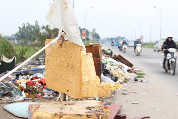 Hà Nội: Đổ trộm hàng đống rác ven quốc lộ, lấn nửa đường xe máy - Ảnh 3.