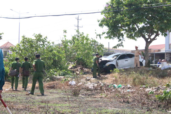 2 ôtô tông nhau rồi lao lên lề tông chết người bán dưa hấu - Ảnh 2.