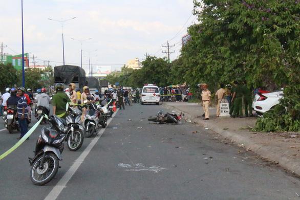 2 ôtô tông nhau rồi lao lên lề tông chết người bán dưa hấu - Ảnh 4.