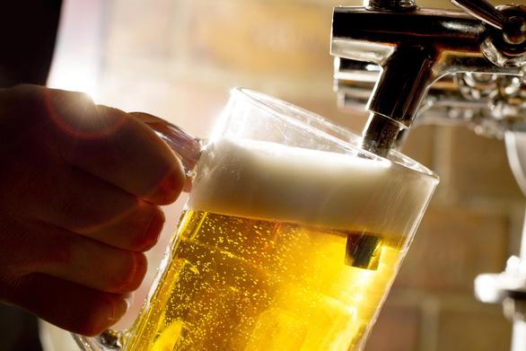 Bộ Y tế lo ngại người dân lấy bia để... giải độc rượu! - Ảnh 1.