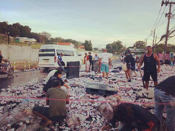 Dân Thái phẫn nộ vì chuyện đem bao tải ra hốt bia lon - Ảnh 1.