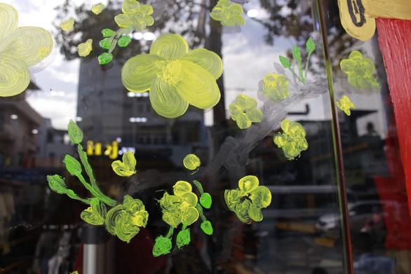 Hoa mai, hoa đào lên kính cửa hàng, công ty đón Tết - Ảnh 10.