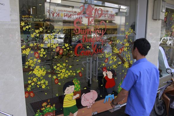 Hoa mai, hoa đào lên kính cửa hàng, công ty đón Tết - Ảnh 9.