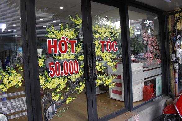 Hoa mai, hoa đào lên kính cửa hàng, công ty đón Tết - Ảnh 11.