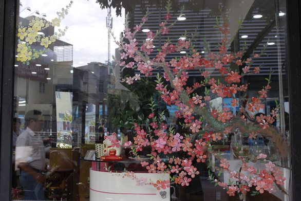 Hoa mai, hoa đào lên kính cửa hàng, công ty đón Tết - Ảnh 12.