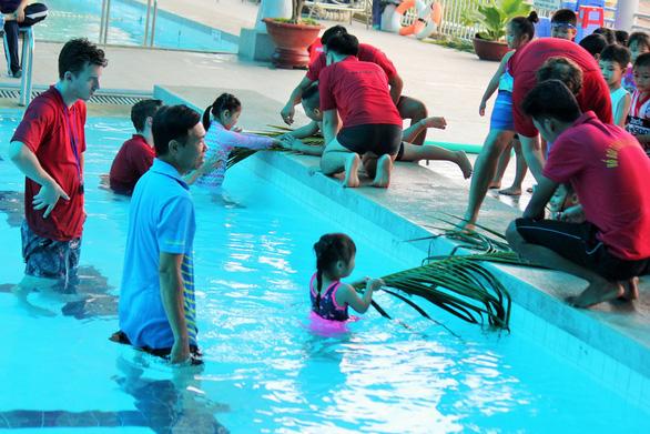 Học cứu người đuối nước với nhánh lá dừa - Ảnh 2.