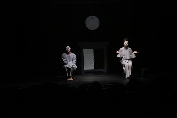 Nữ ca sĩ hói đầu và thế giới phi lý của Trần Lực - Ảnh 3.