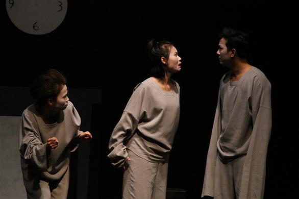 Nữ ca sĩ hói đầu và thế giới phi lý của Trần Lực - Ảnh 2.