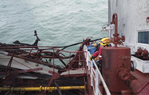 Cháy tàu dầu ở Hong Kong: tìm thấy thi thể  nghi của  thuyền viên Việt Nam - Ảnh 3.