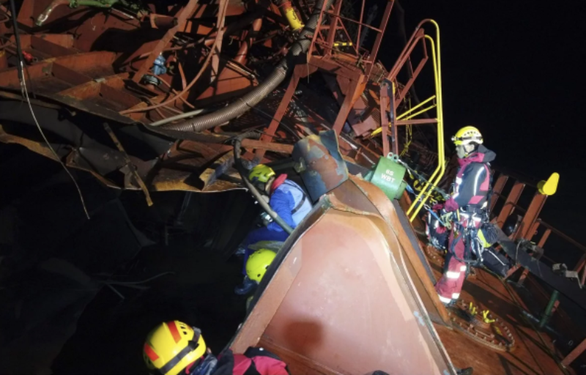 Cháy tàu dầu ở Hong Kong: tìm thấy thi thể  nghi của  thuyền viên Việt Nam - Ảnh 4.