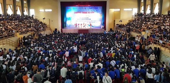 Hơn 4.000 học sinh Huế đi nghe tư vấn tuyển sinh hướng nghiệp - Ảnh 7.
