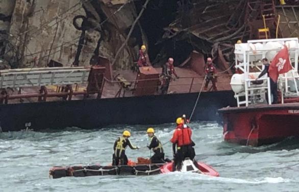 Cháy tàu dầu ở Hong Kong: tìm thấy thi thể  nghi của  thuyền viên Việt Nam - Ảnh 5.