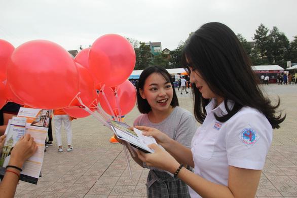 Hơn 4.000 học sinh Huế đi nghe tư vấn tuyển sinh hướng nghiệp - Ảnh 6.