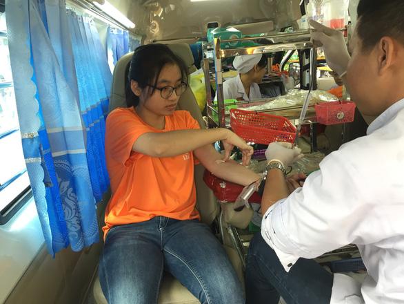 Sinh viên giúp việc ngày giáp tết lấy tiền làm từ thiện - Ảnh 4.