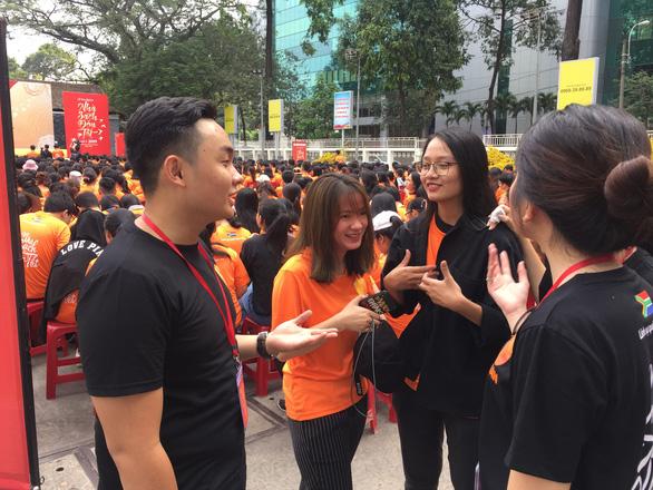 Sinh viên giúp việc ngày giáp tết lấy tiền làm từ thiện - Ảnh 2.