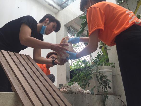 Sinh viên giúp việc ngày giáp tết lấy tiền làm từ thiện - Ảnh 1.