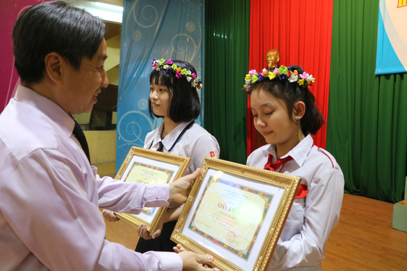 HS làm thơ gửi bố ở Trường Sa giành giải nhất Lớn lên cùng sách - Ảnh 1.