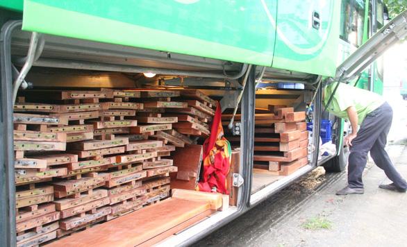 Hai xe giường nằm giấu hơn 10m3 gỗ trong khoang hành lý - Ảnh 2.