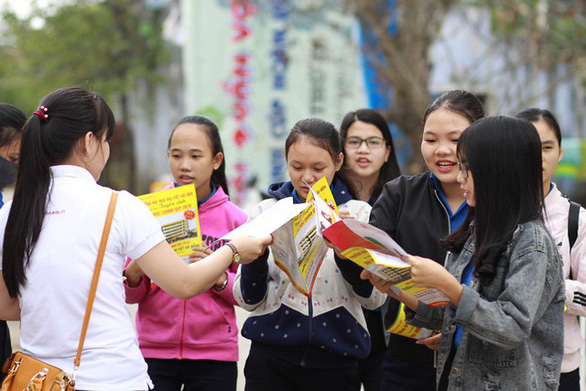 Hơn 4.000 học sinh Huế đi nghe tư vấn tuyển sinh hướng nghiệp - Ảnh 2.