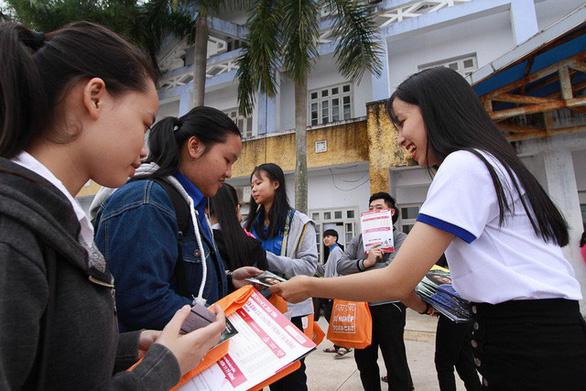 Hơn 4.000 học sinh Huế đi nghe tư vấn tuyển sinh hướng nghiệp - Ảnh 3.