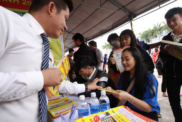 Hơn 4.000 học sinh Huế đi nghe tư vấn tuyển sinh hướng nghiệp - Ảnh 4.