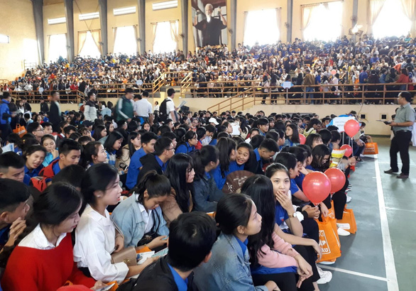 Học sinh Huế hỏi ngành nào nhiều cơ hội việc làm, nhiều học bổng - Ảnh 1.