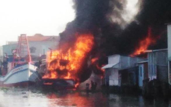 2 tàu cá cháy lan thiêu rụi 3 căn nhà - Ảnh 1.